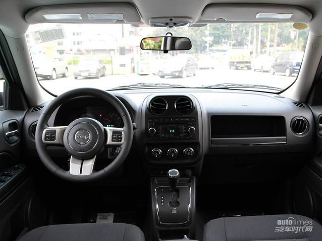 动力方面,Jeep自由客配置了与新指南者相同的2.4L汽油发动机,最大功率125kw/6500rpm,最大扭矩220Nm/4500rpm,具备双VVT可变气门正时系统,与之匹配的为一款模拟6速手自一体CVT无级变速箱。我们还得到消息,未来自由客还将推出2.0车型,预计搭载的是道奇酷搏的那台发动机,该发动机最大功率156马力,峰值扭矩190N.