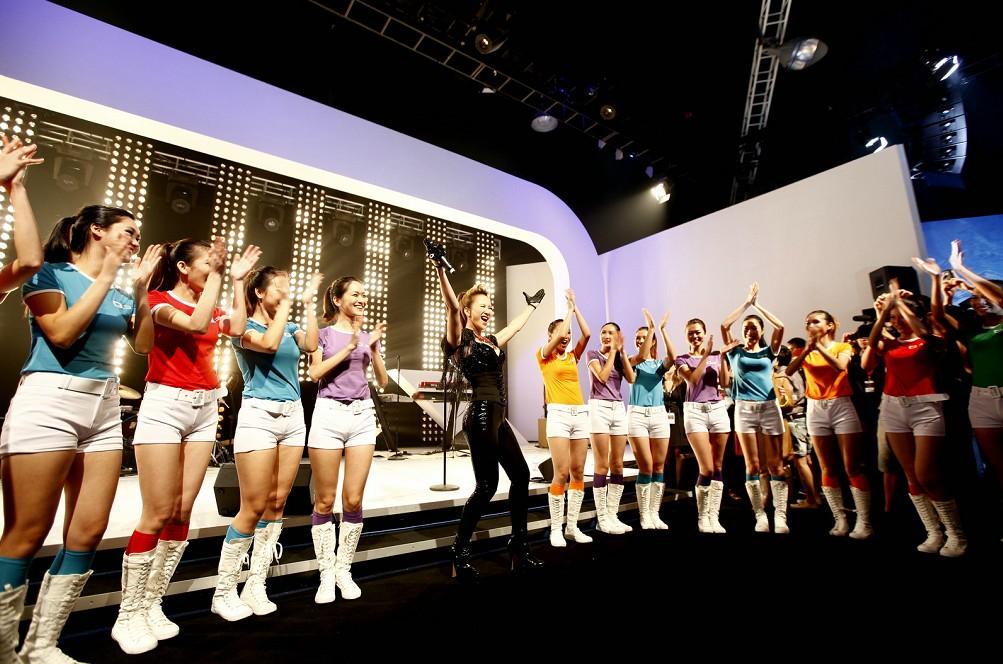 华语歌坛巨星李玟压轴登场,将发布会气氛推向高潮