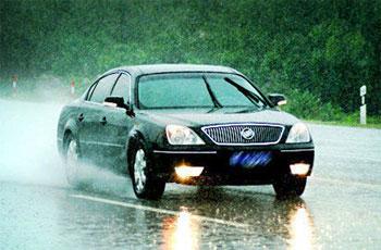 雨天遇水花不要急刹车 高温天气别洗车