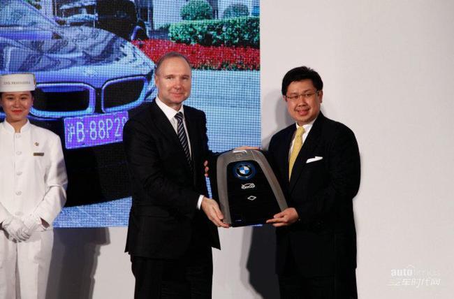 华晨宝马汽车有限公司营销高级副总裁高乐先生向上海半岛酒店综合项目总经理及常务董事张荣耀先生递交BMW i8钥匙