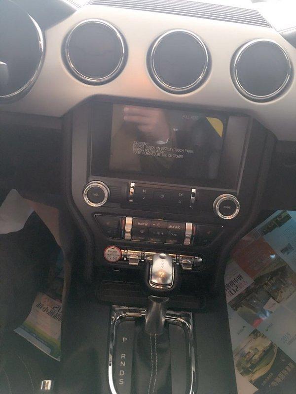 细节方面:福特野马美规版这次全部改为真正的铝合金面板,甚至连方向盘上的银色部分也是金属材料,用强烈的金属感来衬托外形的肌肉感,同时能够满足现代时尚的审美观。新款福特野马2.3T采用了全新三辐式多功能运动方向盘,布局设计让驾驶者感觉如同置身于飞机驾驶舱一般。不仅仅是舒适。软质仪表台不会粗糙的手感,真皮方向盘、真皮座椅都可以用细腻来形容。 购车咨询热线:188 2213 6133郭瑶【同微信】(可售全国厅 随时看车 当日提车 详情电询)