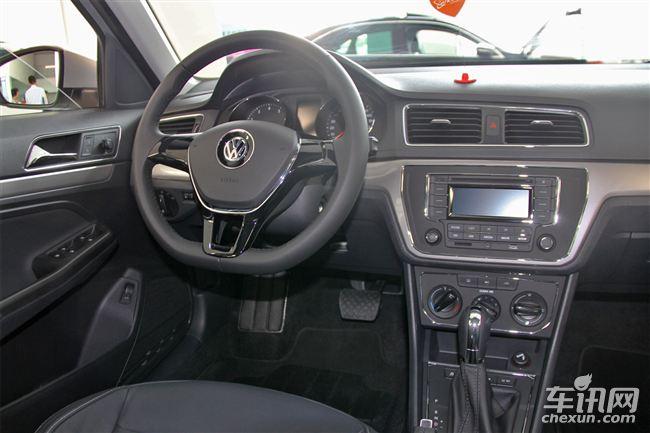 全新朗逸高配车型方向盘的快捷键进行了简化设计,按键更大操作也更