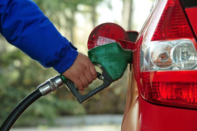 """""""四桶油""""占成品油出口超九成 油气出口权有望放开"""