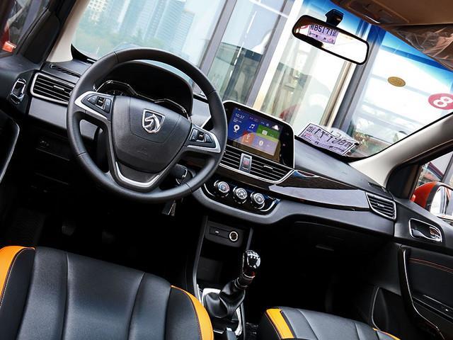 作为一款面向首次购车人群的小型车,宝骏310先期搭载了一台1.2L自然吸气发动机,最大功率60.3kW(82Ps),与之相匹配传动系统,为一台5挡手动变速箱。与此同时,即将推出的1.5L车型,额定功率为82kW(111Ps),百公里综合油耗仅为5.8L。  咨询电话:155-1015-0944 郝经理售全国 编辑点评 凭借宝骏在市场所积攒的优异口碑,让这款初出茅庐的小型车也备受瞩目。光环之下的宝骏310,的确在车辆品质方面遗传了上汽通用五菱家族的优良血统,兼具着运动、科技感的同时,也不忘彰显出品牌师兄所创