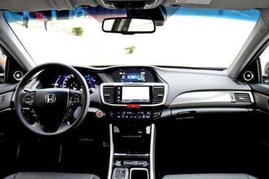 配置方面,新车顶配有座椅通风和记忆,双区恒温空调,空气净化,后排遮阳