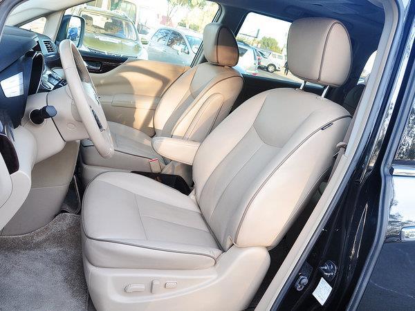 贵士中控台上部使用搪塑工艺,手感较软,车内有效空间达到6立方米,为