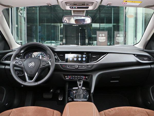 内饰方面,别克君威的中控台,方向盘与仪表也经过了重新设计,高配车型