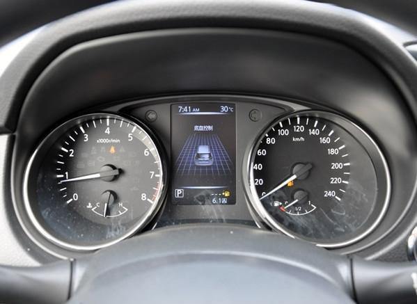 2017款日产奇骏仪表:迈速表,表头指到了240,这点看出他是很有实力的,虽然我不可能开到这个速度;转速表,过6000转后就进入红线了。很期待,地板油的表现,看着非常的舒服,这也是日产车型一贯的风格。咨询电话: 王一