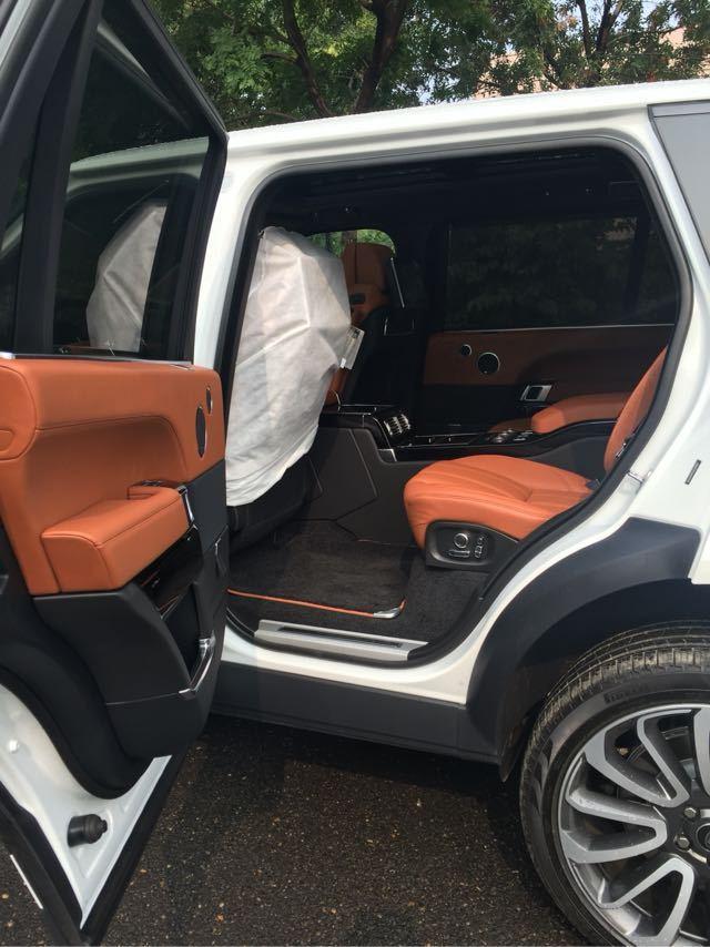 进入路虎揽胜加长版的车内,其奢华程度可与超豪华商务车型相媲美,全车