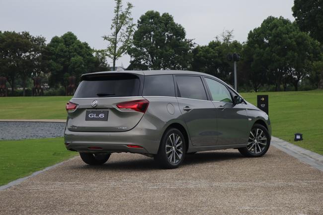 车身侧面,悬浮式车顶,贯穿前后车门的车身线条搭配上车窗下沿的镀铬饰图片