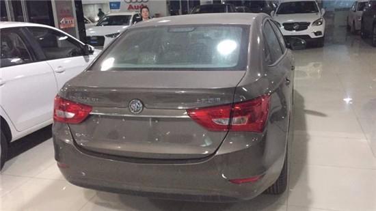 下保险杠采用与车身不同色设计,搭配双边共两出式四边形镀铬排气筒