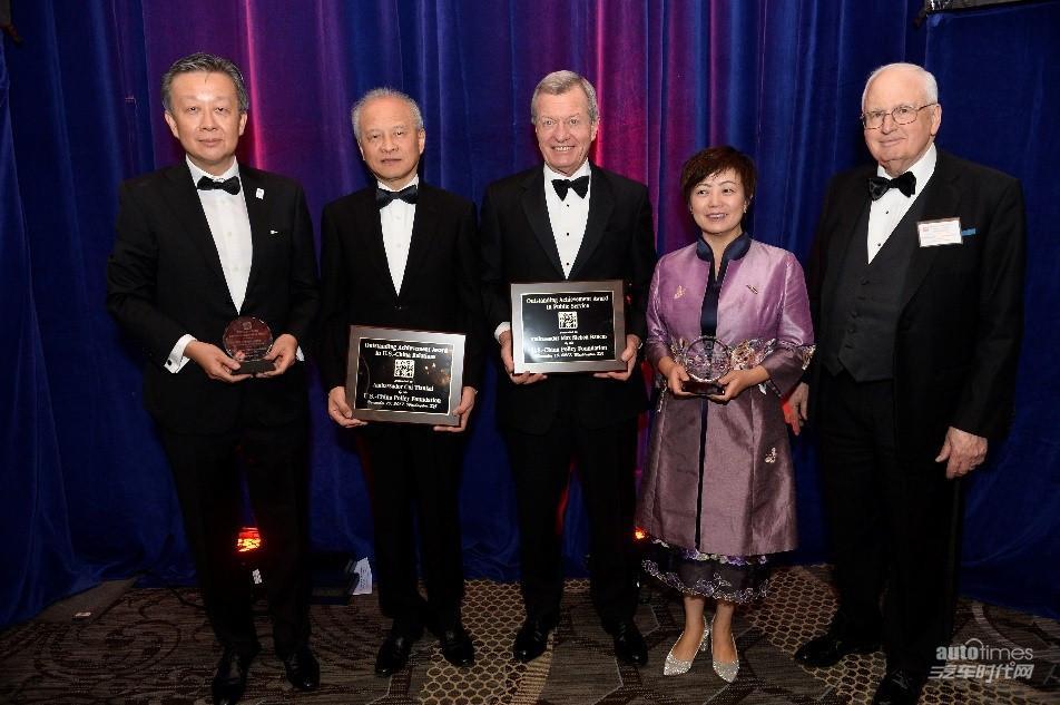 与中国驻美特命全权大使崔天凯先生(左二)同台领奖